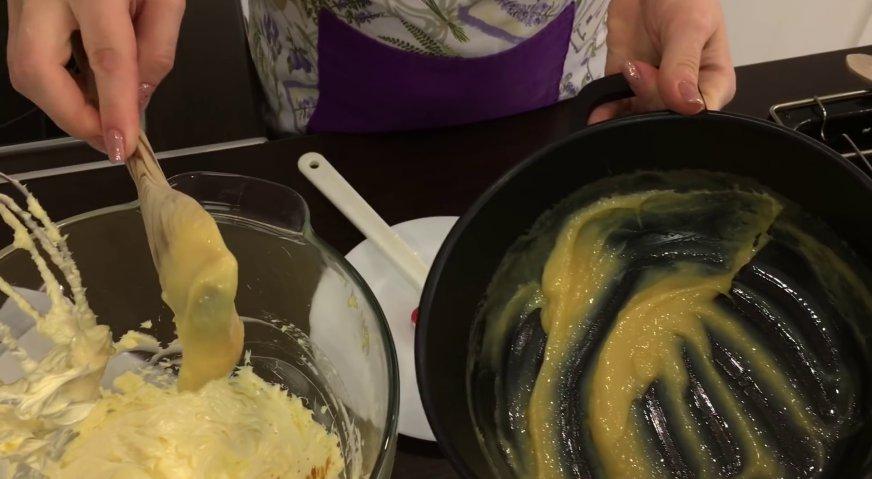 Торт Прага: Во взбитое масло добавляем за несколько приёмов заварной крем, и взбиваем на высокой скорости до однородности.