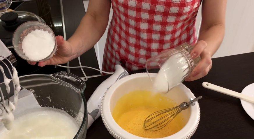 Торт Прага: Добавляем во взбитые белки и желтки по 75 грамм сахара и по щепотке ванилина, продолжаем взбивать.