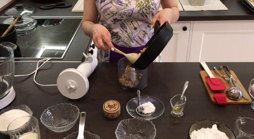 Торт сникерс: Поджаренные орехи отправляем в блендер, добавляем сахарную пудру, соль, и начинаем взбивать.