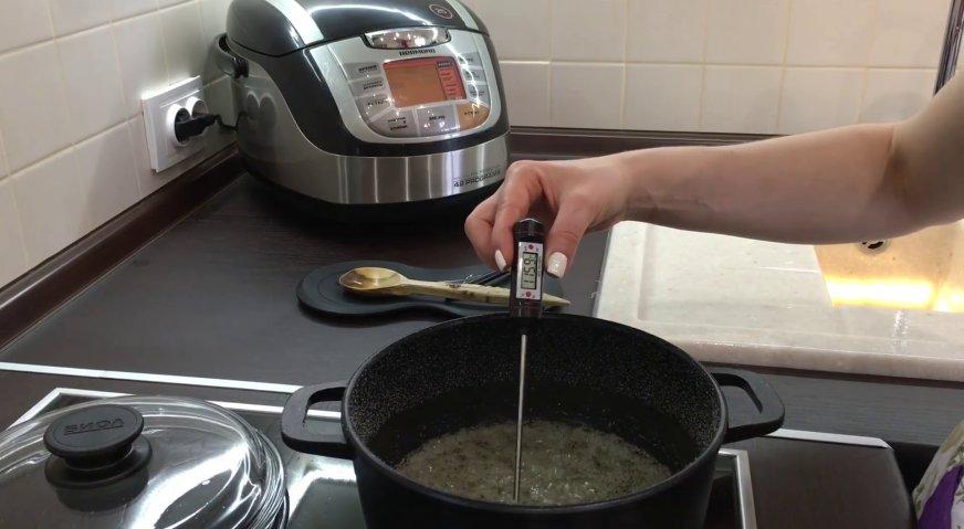 Торт сникерс: Когда сахар растворился, ждём, когда сироп начнёт активно кипеть. Опускаем в кипящий сироп кухонный термометр, и ожидаем, пока температура