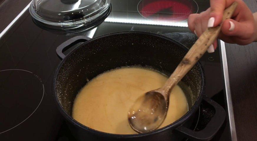 Торт сникерс: Через 5-6 минут сироп приобретает карамельный цвет. Но пузырьки из него не исчезают. Отставляем его в сторону, и ждём, пока он не станет