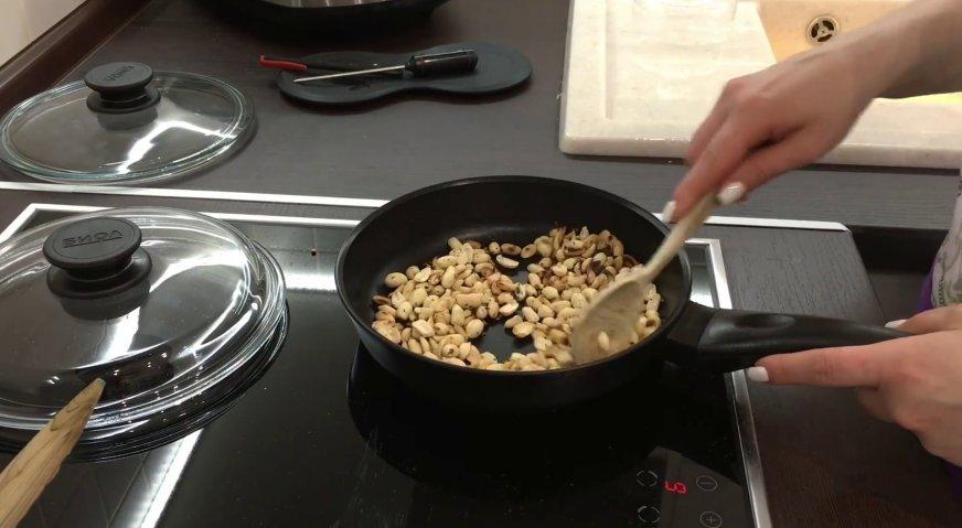 Торт сникерс: Готовим арахисовое масло. Высыпаем арахис на сковороду с толстым дном, и, постоянно помешивая, обжариваем в течение 10 минут. Чем лучше будут