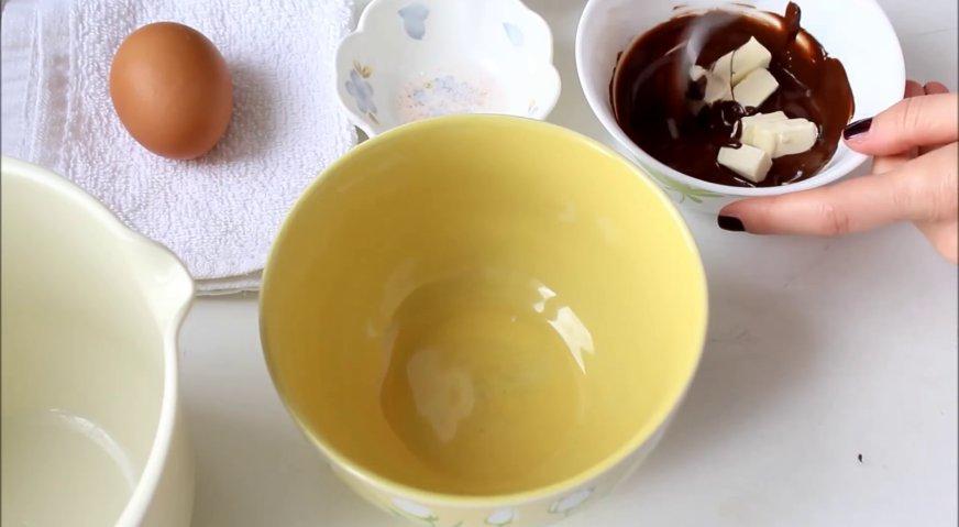 Торт три шоколада: Готовим шоколадный бисквит. В растопленный шоколад добавляем сливочное масло, и размешиваем до однородности.