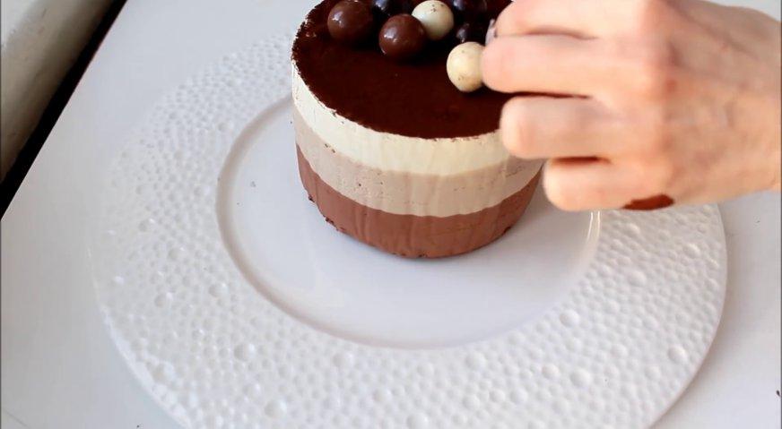 Торт три шоколада: Посыпаем верх торта какао, а сверху выкладываем декор.