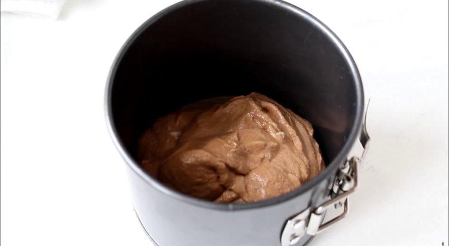 Торт три шоколада: Выкладываем тесто в форму для выпечки, дно которой выстлано пергаментом. Отправляем в духовку, разогретую до 180*С на 12-15 минут.