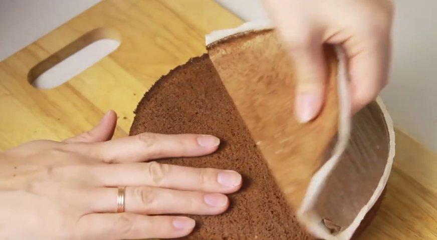 Торт баунти: Остывший корж вынимаем из формы.