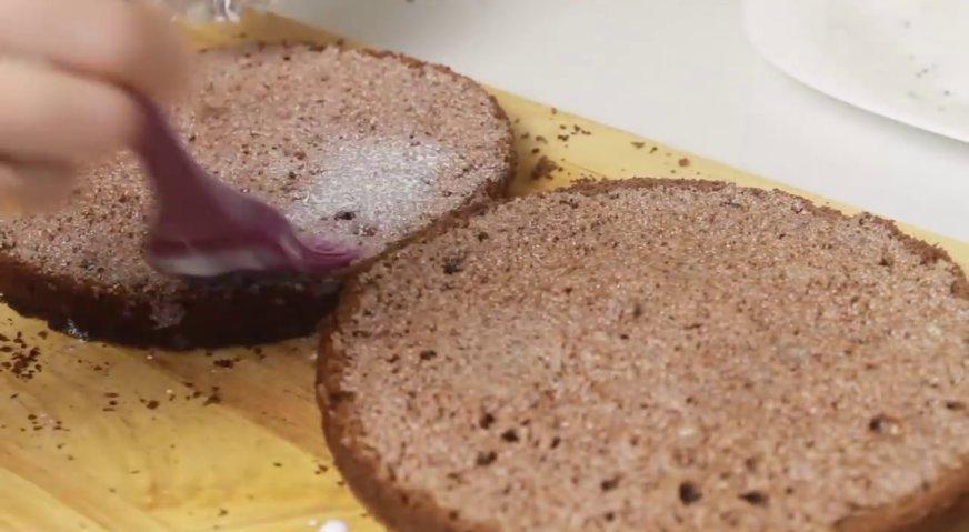 Торт баунти: Каждый корж тщательно пропитываем сливками.