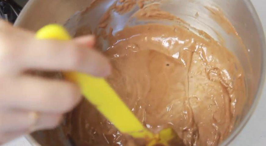 Торт баунти: Просеиваем сухие ингредиенты в яичную смесь, и кулинарной лопаткой вымешиваем жидкое тесто.