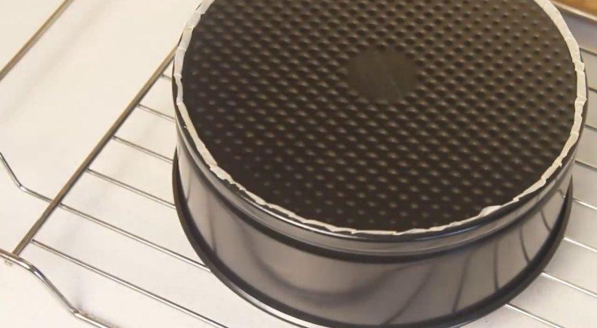 Торт баунти: Опрокидываем форму на решётку, и оставляем наш корж в таком положении остывать.