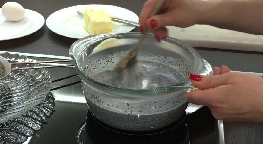 Булочки с маком: Когда молоко начинает парить, а на поверхности появляются пузырьки, уменьшаем огонь, и постоянно помешивая варим в течение 15 минут.