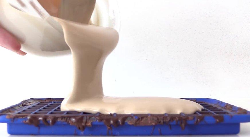 Торт майнкрафт: Заливаем бежевую массу в формочки испачканные тёмным шоколадом.
