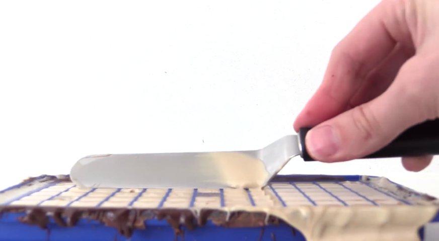 Торт майнкрафт: Излишки снимаем кулинарной лопаткой, и убираем форму в холодильник до застывания шоколада.