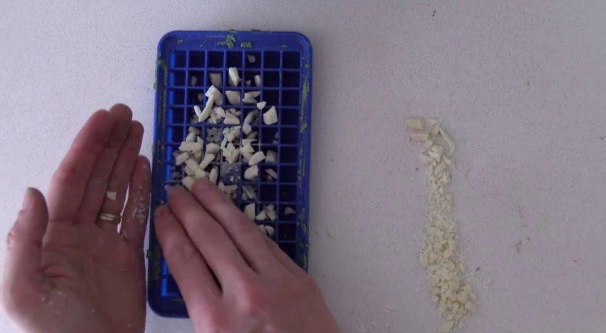 Торт майнкрафт: На дно формочек насыпаем рубленный белый шоколад.