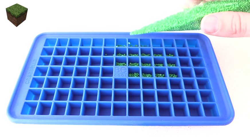 Торт майнкрафт: Вначале нам нужно изготовить различные майнкрафт блоки. Нам нужно 90 блоков с травой для лужайки. На дно силиконовой мини-формы для льда