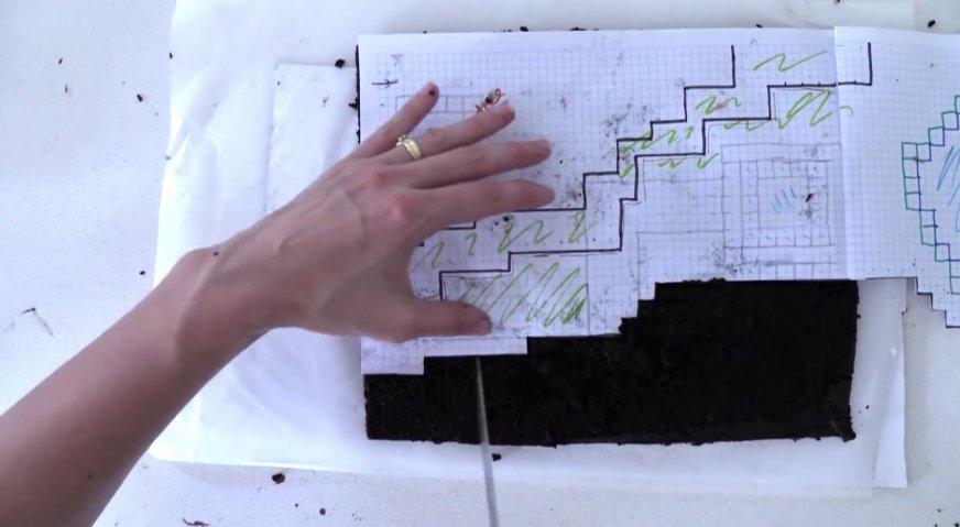 Торт майнкрафт: Пару коржей нарезаем на небольшие блоки неправильной формы.