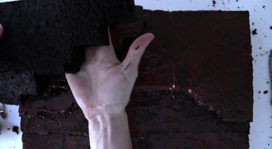 Торт майнкрафт: Промазывая коржи тонким слоем шоколадного крема или ганаша, выкладываем их один на другой, формируя ландшафт нашей деревни.