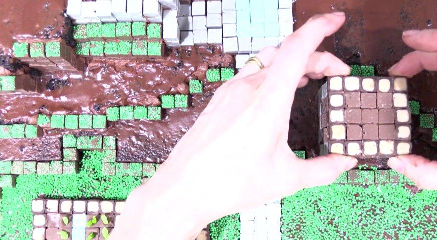 Торт майнкрафт: Из деревянных и каменных блоков формируем домики, скрепляя блоки между собой растопленным молочным шоколадом.