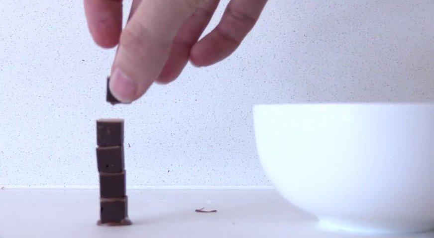Торт майнкрафт: Стволы деревьев формируем из шоколадных блоков, которые соединяем между собой растопленным шоколадом.