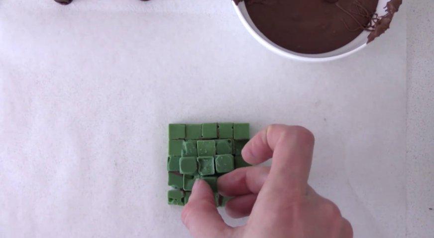Торт майнкрафт: Таким же образом из зелёных шоколадных блоков формируем кроны деревьев.