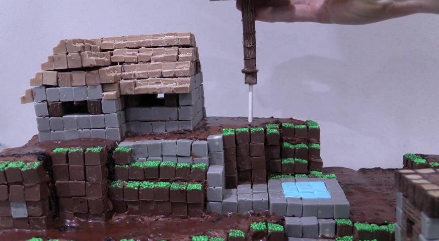 Торт майнкрафт: Крепим деревья, погружая деревянные шпажки в бисквит.