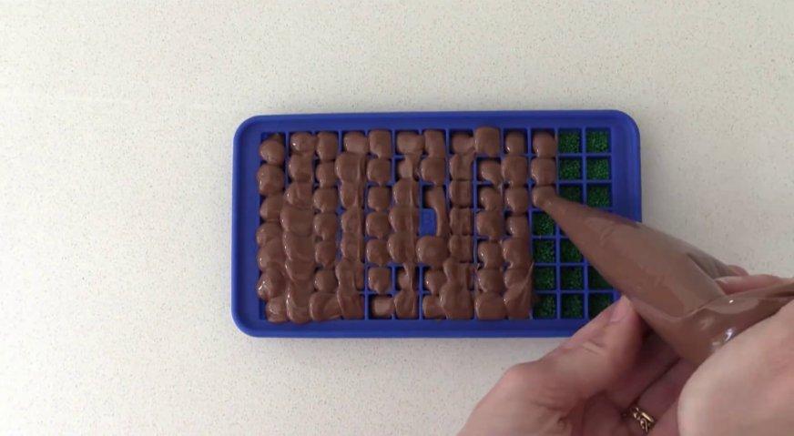 Торт майнкрафт: Сверху заполняем форму растопленным молочным шоколадом, снимаем излишки, и убираем форму в холодильник для застывания шоколада.
