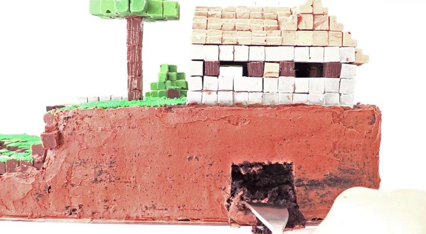 Торт майнкрафт: Сбоку торта делаем небольшие углубления при помощи вилки.