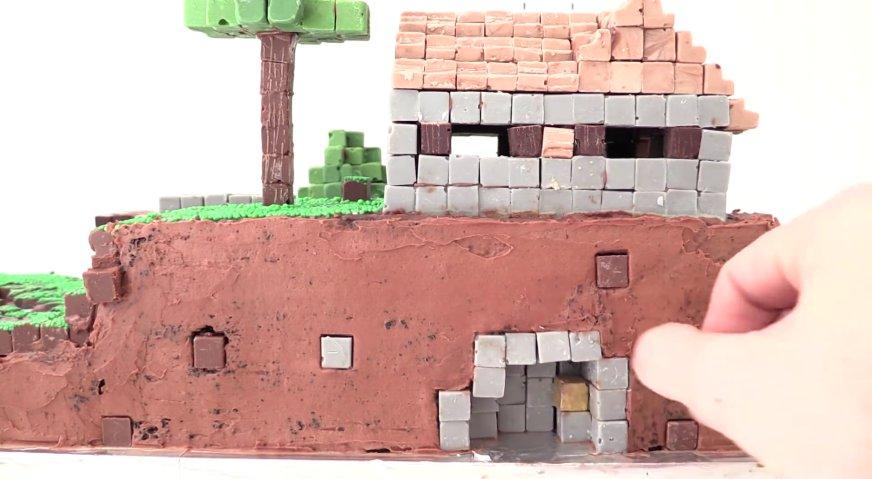 Торт майнкрафт: Устанавливаем внутрь каменные и золотые блоки.