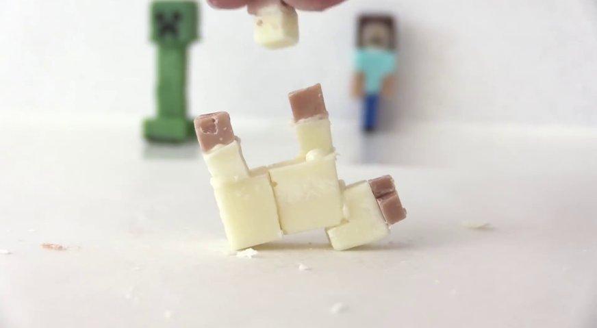 Торт майнкрафт: Из шоколадных блоков разного цвета изготавливаем жителя и домашних животных.