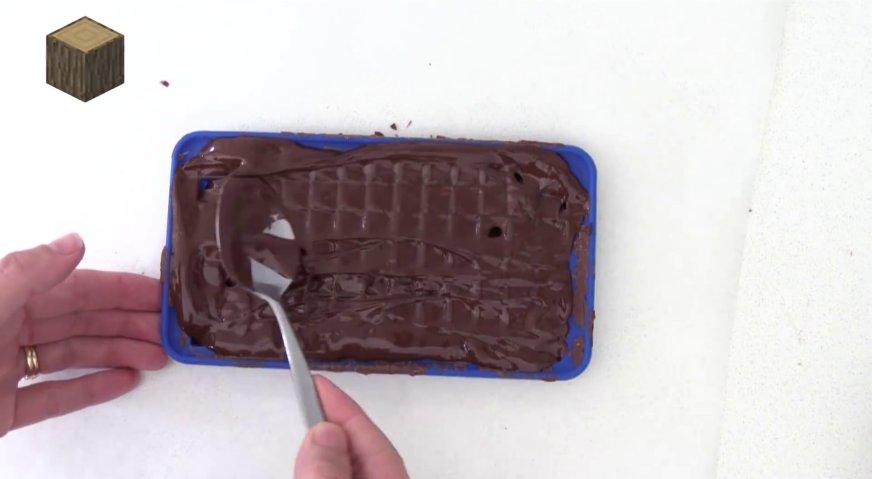 Торт майнкрафт: Теперь нам нужно изготовить деревянные блоки. Для этого заполняем форму растопленным тёмным шоколадом.