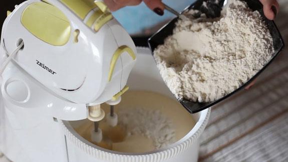 Снижаем скорость миксера и вводим... Шоколадный бисквит: пошаговый фото-рецепт