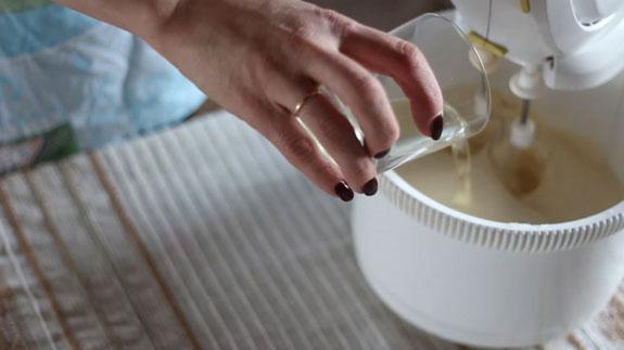 Затем вводим 4,5 столовые ложки подсолнечного... Шоколадный бисквит: пошаговый фото-рецепт