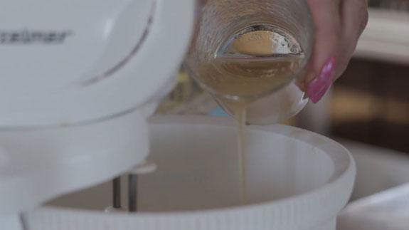 Растапливаем набухший желатин в микроволновке... Сметанный торт-желе с клубникой: пошаговый фото-рецепт