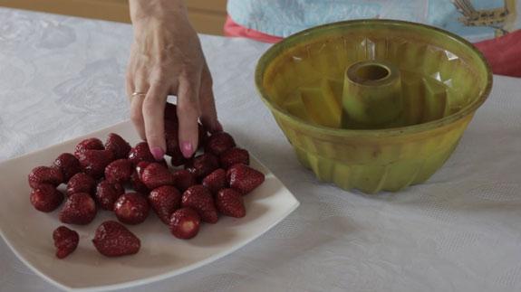 Силиконовую форму для выпечки кексов... Сметанный торт-желе с клубникой: пошаговый фото-рецепт