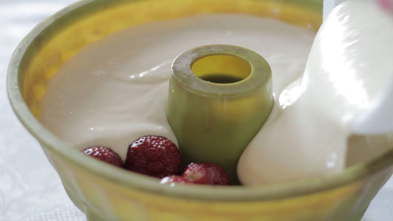 Заливаем клубнику... Сметанный торт-желе с клубникой: пошаговый фото-рецепт