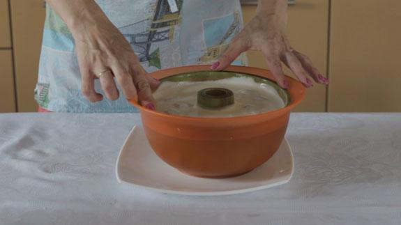 Для того, чтобы облегчить извлечение торта из... Сметанный торт-желе с клубникой: пошаговый фото-рецепт