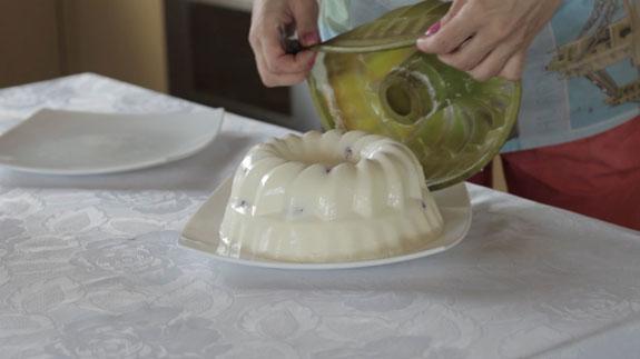 Затем достаем его и сразу переворачиваем на... Сметанный торт-желе с клубникой: пошаговый фото-рецепт