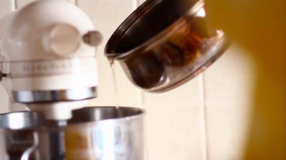 Когда масса превратится в устойчивую пену,... Клубничный зефир: пошаговый фото-рецепт
