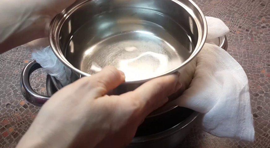 Сметанный крем для торта: Ускорить процесс можно накрыв сметану одним краем марлевой салфетки, и поместив сверху гнёт. Это может быть кастрюля с водой