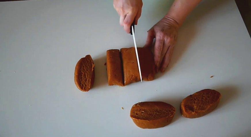 Торт рыжик: Приступаем к выпечке коржей. Для этого делим тесто на 6 равных частей.