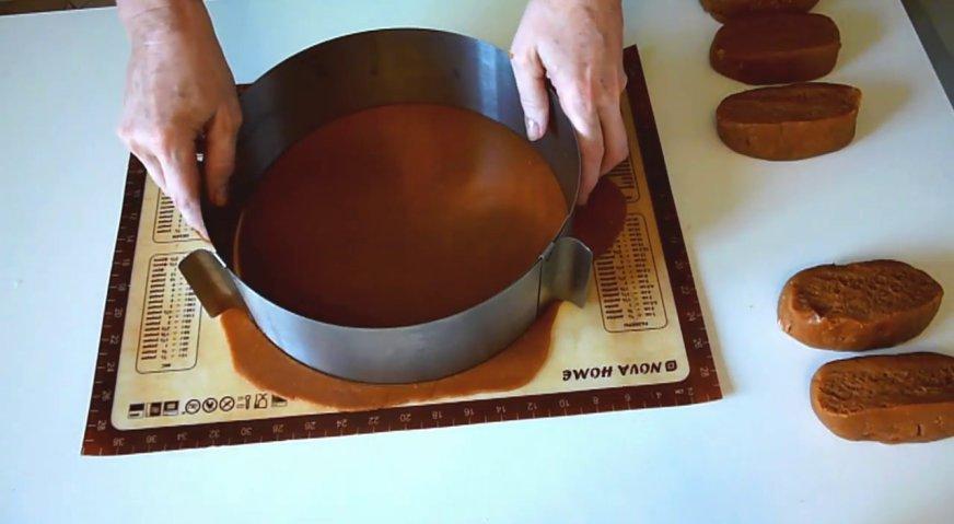 Торт рыжик: Раскатываем тонкие лепёшки, и сразу придаём им форму круга при помощи формы для выпечки. Обрезки нам понадобятся для седьмого коржа.