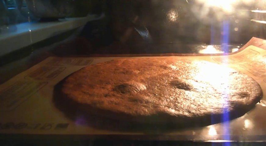 Торт рыжик: Выпекаем коржи при температуре 200*С в течение 3-4 минут.