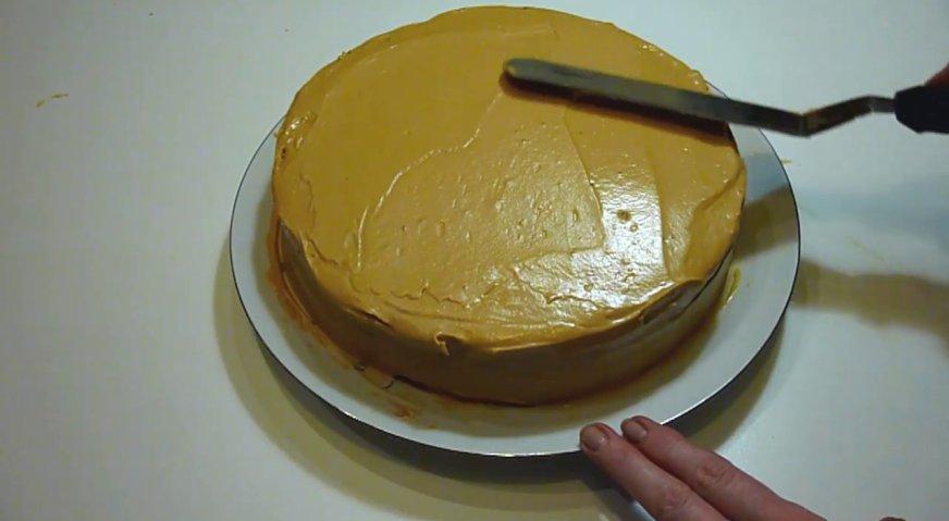 Торт рыжик: Переслаиваем кремом все коржи, и покрываем торт сверху и с боков.