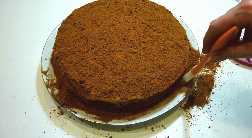 Торт рыжик: Последний седьмой корж выпекаем чуть дольше, чтобы он стал хрупким. Перемалываем его блендером в крошку, и обсыпаем верх и бока торта.