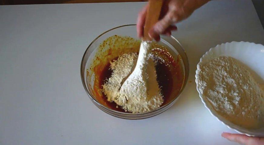 Торт рыжик: Вводим порциями муку, и замешиваем эластичное тесто.
