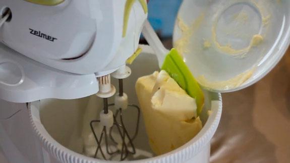 Размягченное сливочное масло взбиваем в... Эклеры с кремом Шарлотт: пошаговый фото-рецепт