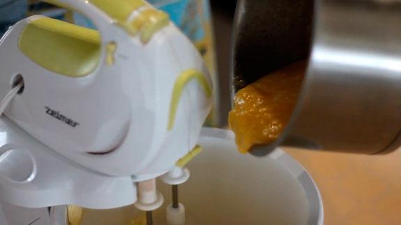 Затем понемногу вводим заварной крем во... Эклеры с кремом Шарлотт: пошаговый фото-рецепт