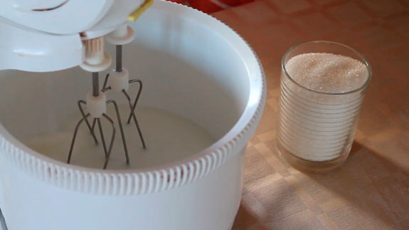 Яичные белки взбиваем в миксере на... Пирожное Безе: пошаговый фото-рецепт