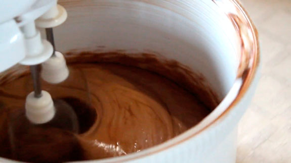 Взбиваем в миксере и получившуюся смесь... Торт Птичье молоко: пошаговый фото-рецепт
