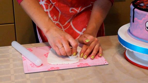 Раскатываем пастилаж до толщины 1 см.... Торт Птичье молоко: пошаговый фото-рецепт