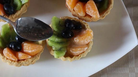 Пирожное корзиночка с желе и фруктами